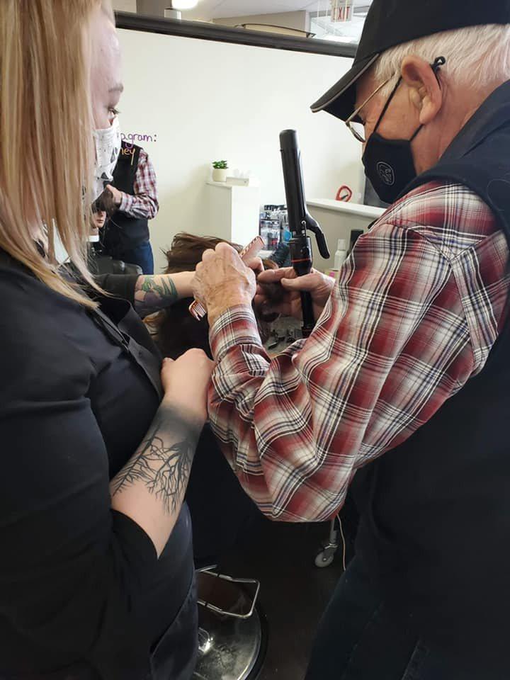 79歲老伯伯不捨妻子使用捲髮器時常燙傷手,親自去髮廊學習,希望學會之後能夠幫妻子整理頭髮。圖/取自Hair Design By Britney