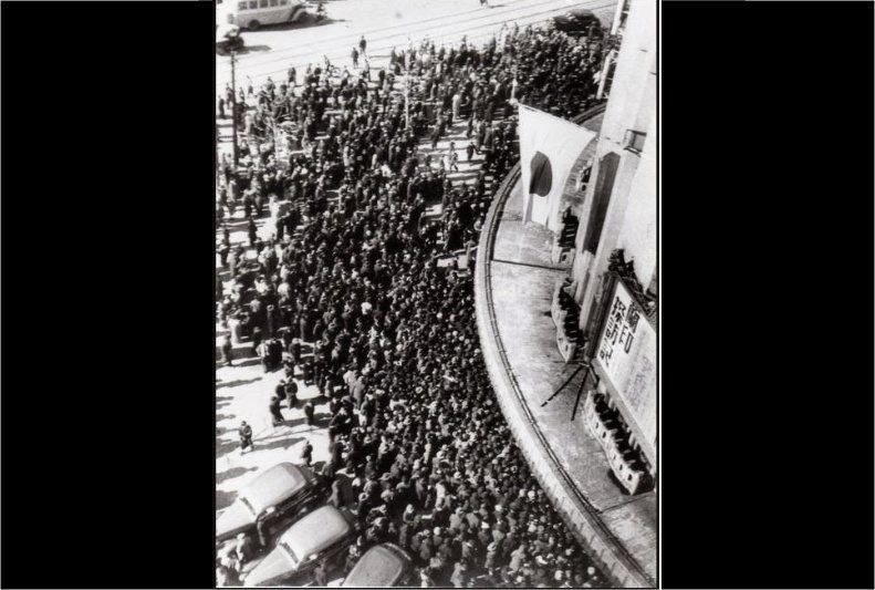 李香蘭1941年2月11日在日本劇場舉行演唱會,排隊的觀眾人潮圍了日本劇場七圈半,為歷史上著名的「日劇7圈半事件」。 圖/維基共享
