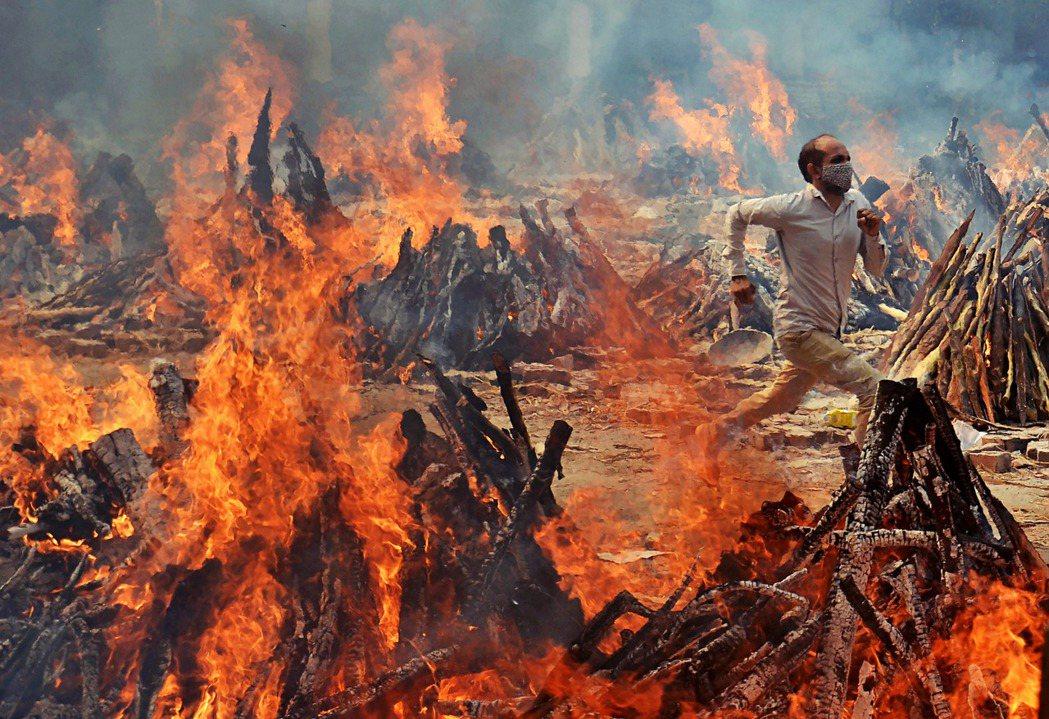 被認為是印度疫情全面崩潰破口的2021年印度四邦大選,2日終於完成了選戰最兇、爭...