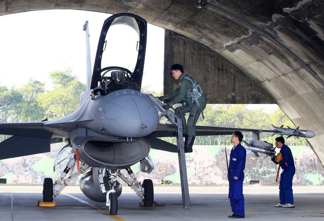 正進入台灣空軍服役的F-16V,就使用名為「HAVE GLASS II」的先進匿蹤塗料,可以吸收部份雷達波,讓F-16V具備局部的匿蹤能力。 圖/聯合報系資料照