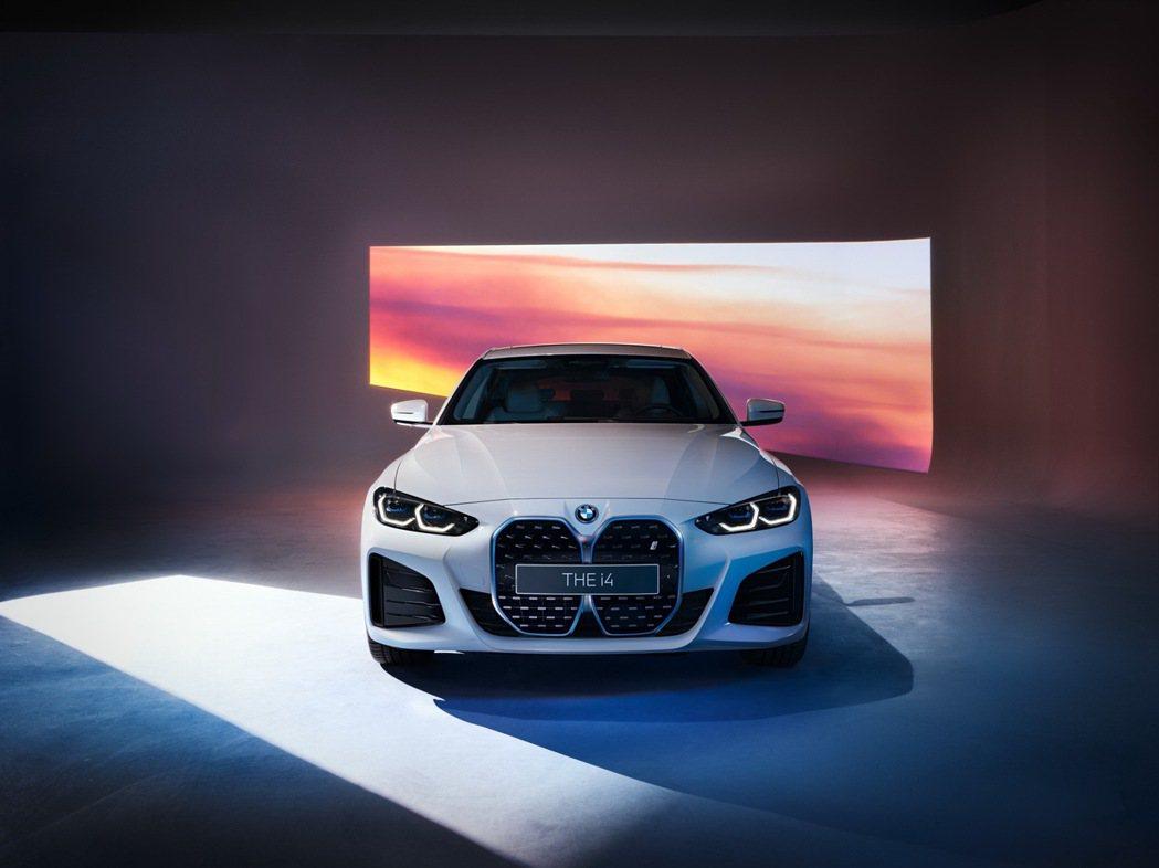 全新BMW i4純電四門跑車展現犀利敏捷與力量感十足的動感跑格姿態,搭配專屬M ...