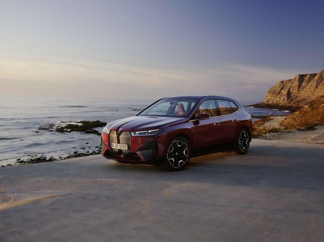 全新BMW iX xDrive50擁有超過500匹最大馬力輸出,5秒內就能完成0...