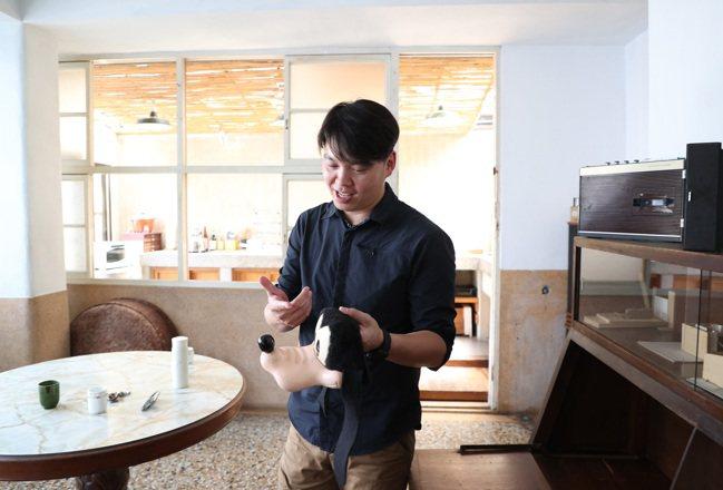 謝宅內多數用品維持原狀,還有創辦人謝文侃13歲時原本要在美國讀書買的米老鼠。記者...