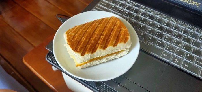 一名網友發文分享媽媽的創意料理「熱壓饅頭」,引起網友熱烈回響。圖/取自Dcard