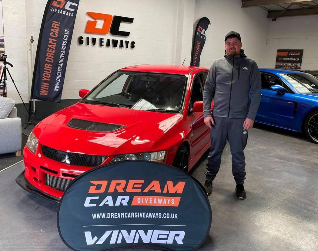 得獎者Adam Griffiths與Evo IX FQ-360的交車照。 摘自D...