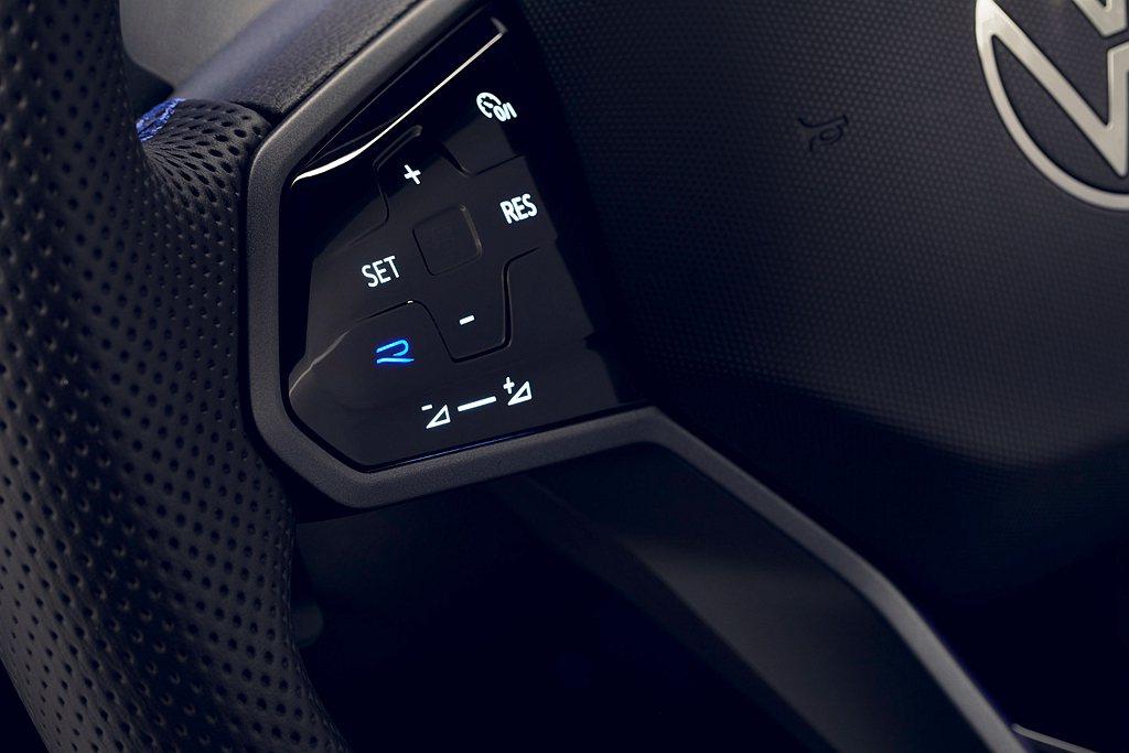 福斯Tiguan R座艙內配有R專屬運動化真皮多功能方向盤以及專屬R按鍵,駕駛可...
