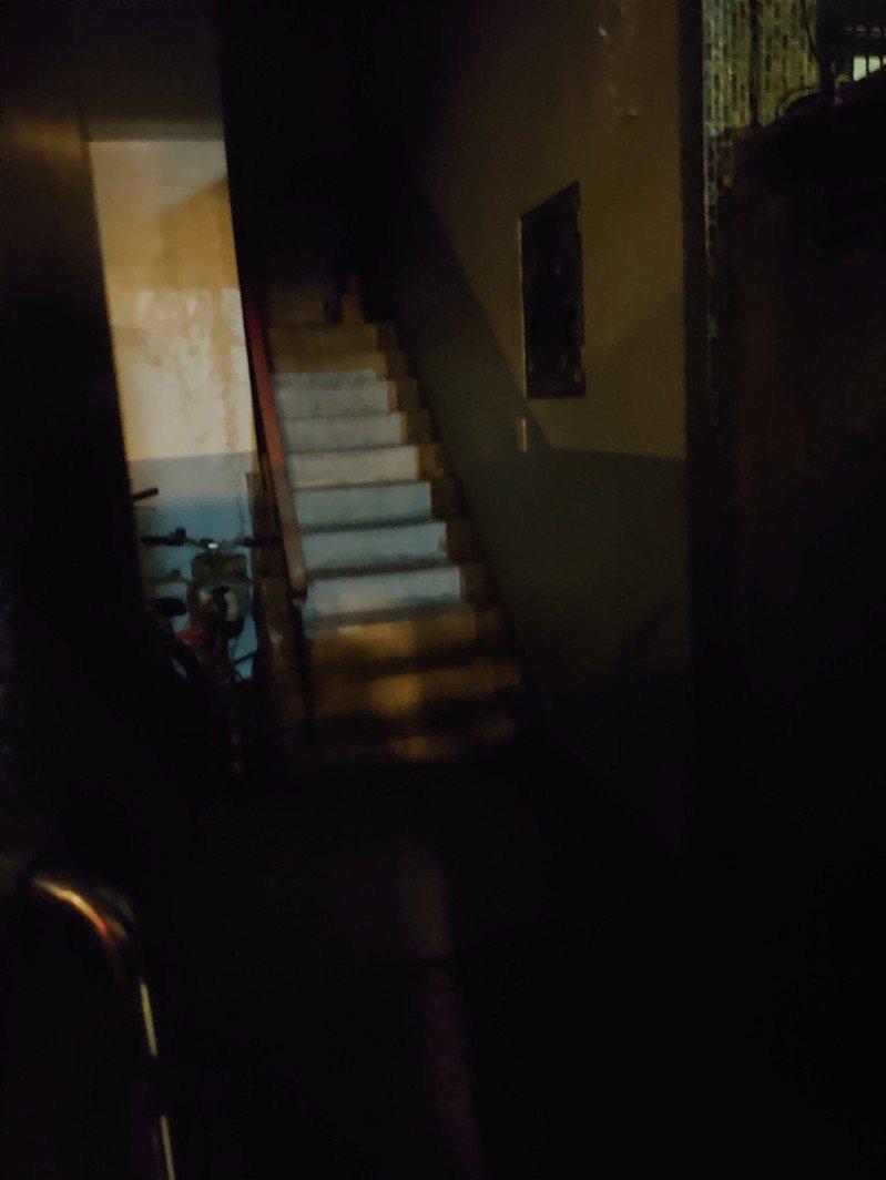 一位外送員說明自己昨天送餐到一棟老舊的公寓,沒想到一打開門的景象便讓他愣住直呼「送餐送這種的地方…是要幹嘛啦!」 圖/爆怨2公社