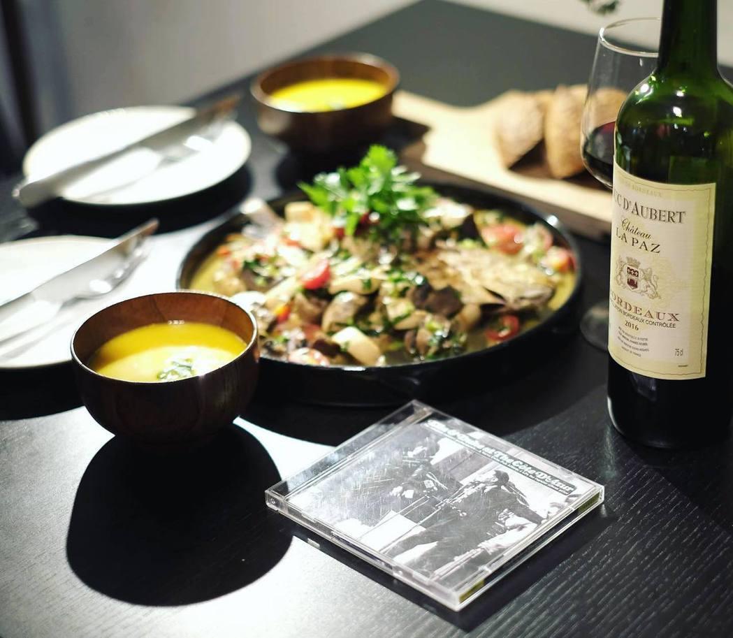風雨交加的夏夜,兩個人的晚餐。搭配1960年代,艾拉與艾靈頓公爵在南法蔚藍海岸的...