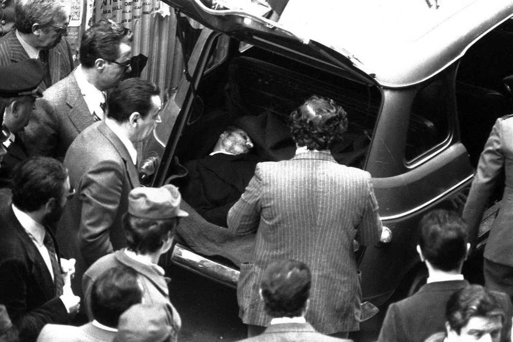 莫羅於1978年5月9日在羅馬附近被害,死時62歲。莫羅的屍體是在汽車後車箱裡發...