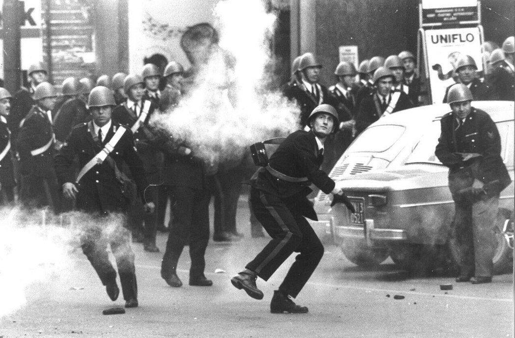 1960年代米蘭的街頭衝突。 圖/米蘭晚郵檔案館
