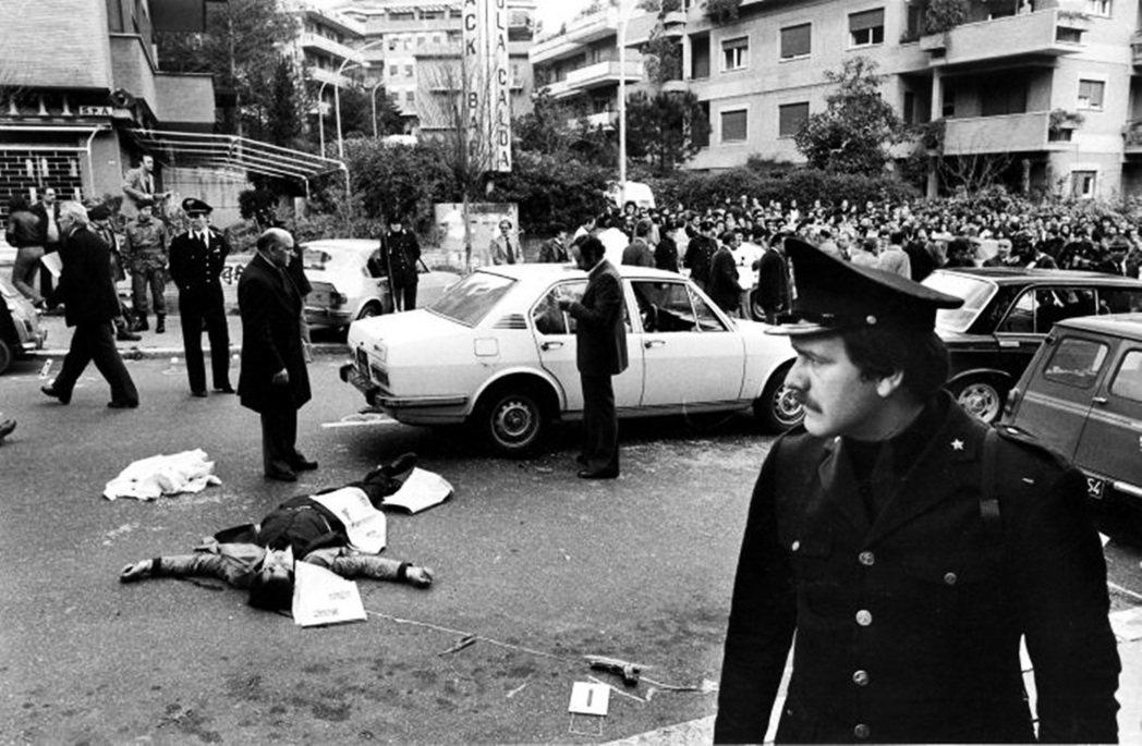 1977年。在這一年,每天爆發的政治和文化衝突。這是義大利統一以來在階級之間和階...