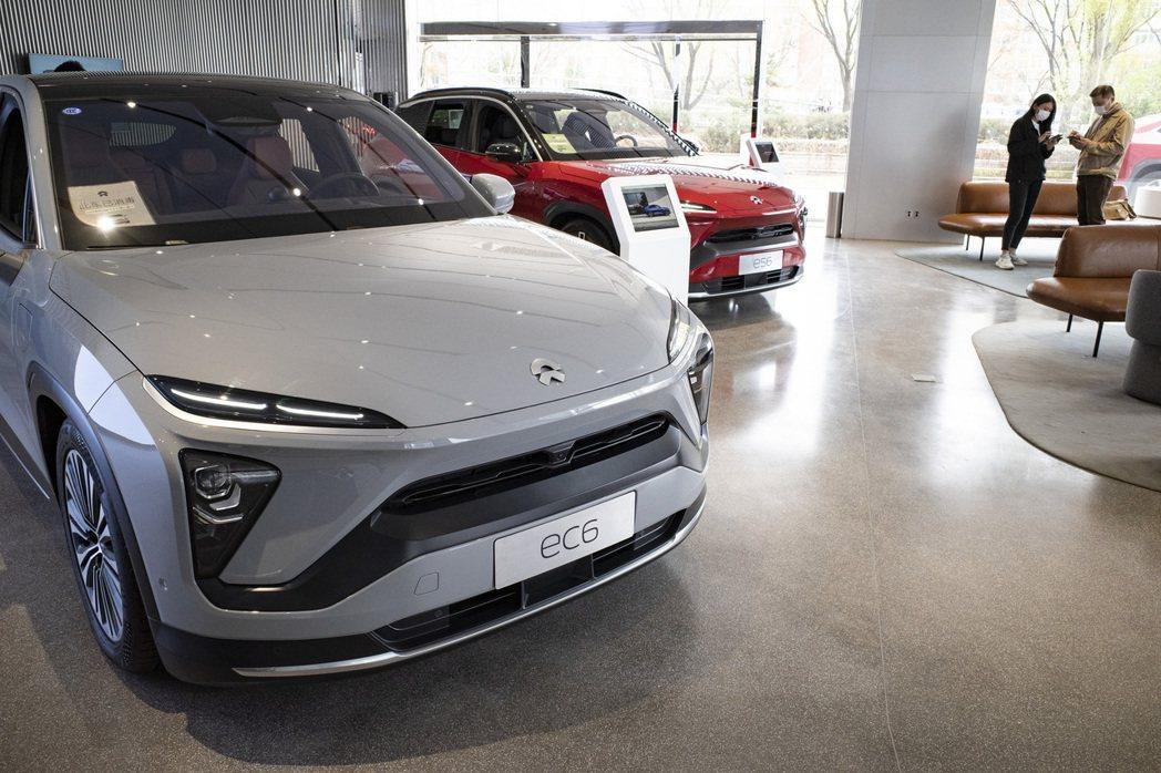 圖為消費者在北京市一處蔚來汽車中心,諮詢新車資訊。(中新社)