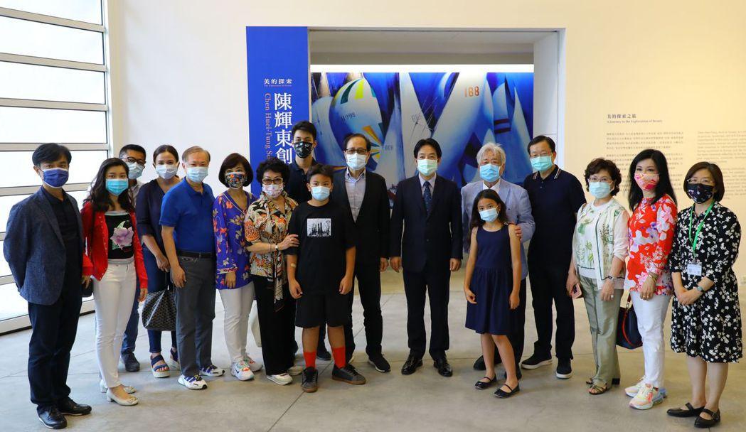 副總統賴清德到南美館欣賞陳輝東創作展合影。  南美館/提供