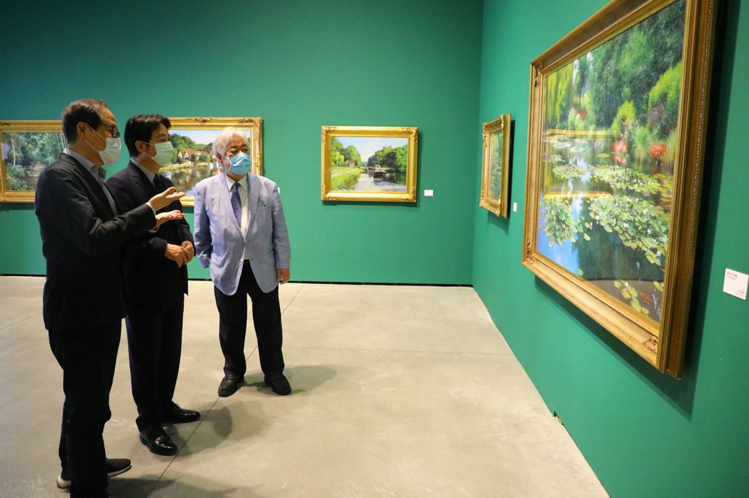 南美館董事長蘇憲法為賴副總統講解畫作「莫內花園」。  南美館/提供