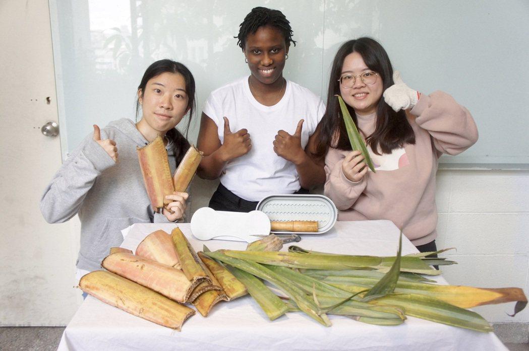 王憶彤(左)、翁嘉青(右)設計不必用電、就地取材的Pad Case永續自製衛生棉...