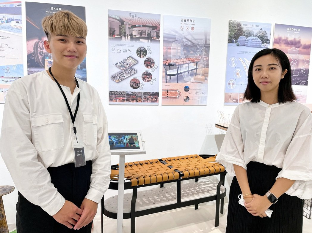 顏漢辰(左)、周樂敏運用皮革打造親子共編的公共座椅,致敬古宅窗花歲月美學。  北...