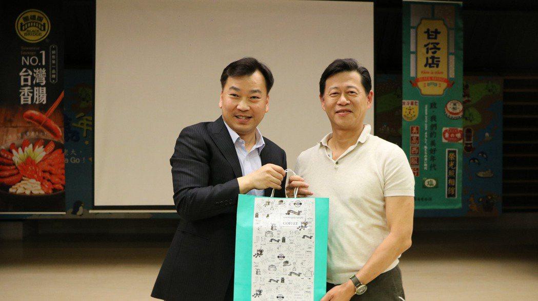 校長李天祥(左)與黑橋牌董事長陳春利(右)互贈禮品。 崑山科大/提供。