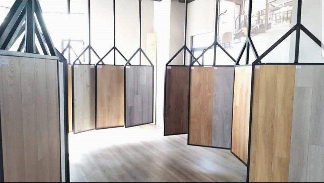 門市備有多樣石塑地板以供選購 向博裝潢/提供