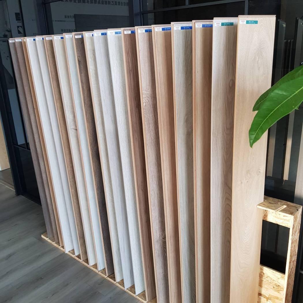 門市備有多樣超耐磨木地板以供選購 向博裝潢/提供