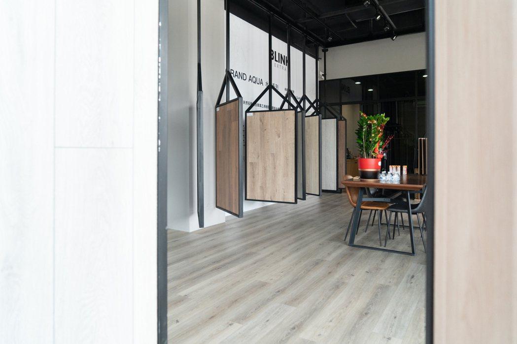 門市的木地板就是採用SPC水沐地板系列的產品 來延伸整體視線與溫潤空間感 向博裝...