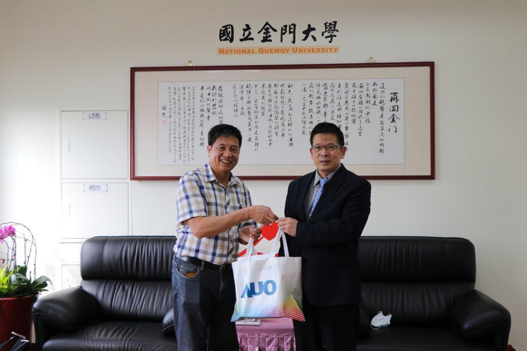 友達光電彭双浪董事長(左)與金門大學校長陳建民(右)合影。 金門大學/提供。