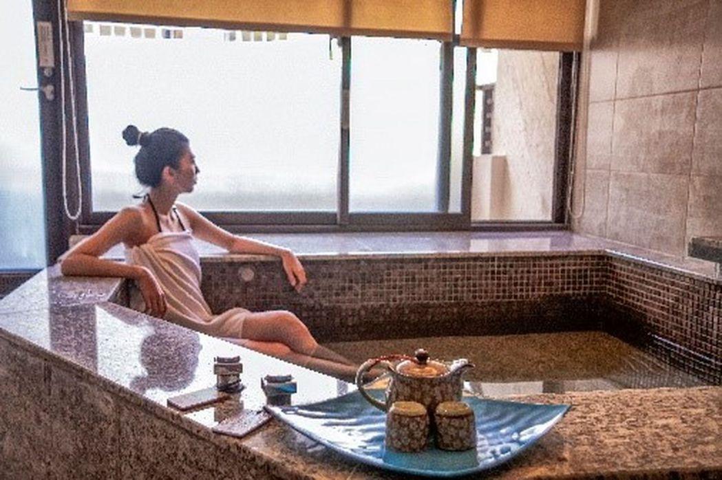 「花季度假飯店」每間房間最小16坪,而且都有超大湯池,在房內即可享受從日治時代就...