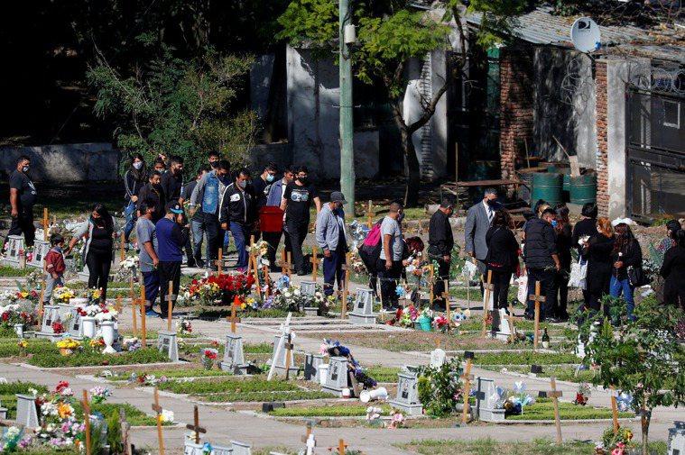 阿根廷全國累計確診新冠病例數突破300萬大關,圖為布宜諾斯艾利斯民眾攜帶棺材將逝...