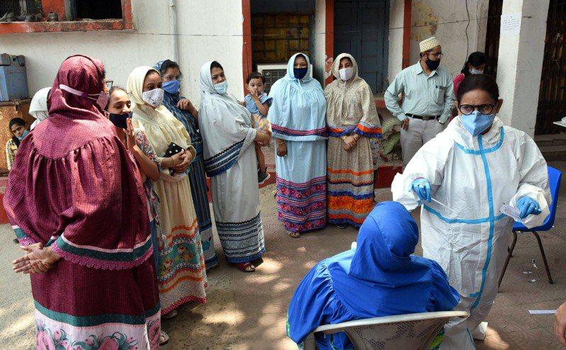 印度今天延後實習醫師與護理師考試,讓他們直接上陣對抗全球確診數攀升最嚴重的COVID-19疫情。 新華社