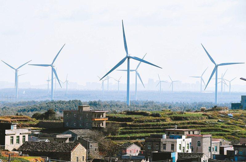 大陸國家能源局局長章建華表示,中國大陸可再生能源開發利用規模穩居世界第一,為能源綠色低碳轉型提供強大支撐。圖為福建平潭的風力發電機組。(中新社資料照)