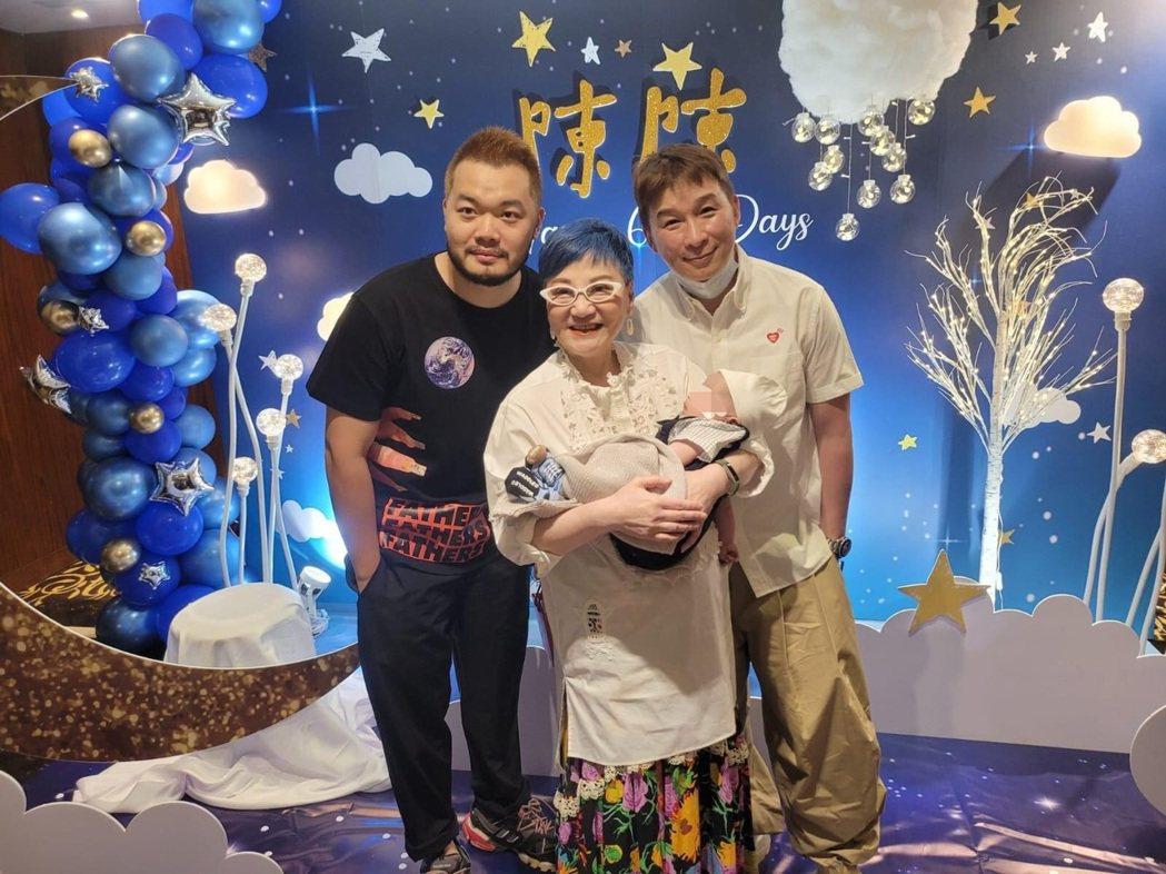 陳鎮川(右)和老公Darren(左)為兒子「陳陳」舉辦雙滿月趴踢,張小燕開心抱著