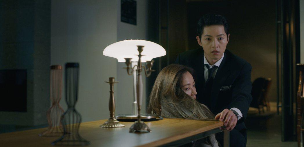 宋仲基目睹郭東延慘死。圖/翻攝自Netflix
