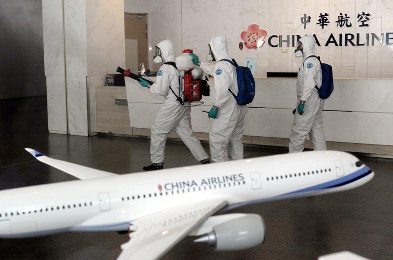 華航機師感染事件持續擴大,國軍三三化學兵群昨日前往華航園區三棟建築執行消毒作業。(中央社)