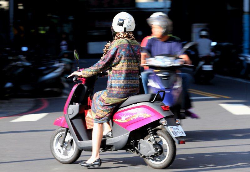 民眾使用電動自行車有增加趨勢,民進黨立委鍾佳濱、林楚茵等人提案,將電動自行車納入強制汽車責任保險範圍。本報資料照片