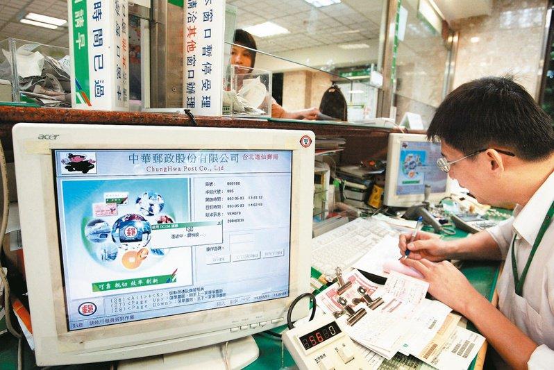 中華郵政公司有430個支局、約1600台電腦終端機,遭SASSER(殺手)病毒癱瘓而不斷開機、關機,讓窗口櫃檯的電腦無法連上線,北市逸仙支局的櫃檯行員只好改以手寫方式,為顧客服務。圖/聯合報系資料照片