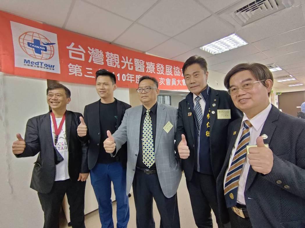 台灣觀光醫療發展協會昨選出精神科醫師許景琦(中)為新任理事長,他表示將強推廣力道...