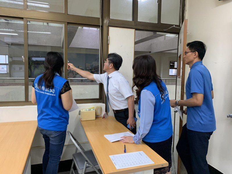新竹縣政府教育處近日會勘縣內5個考場,請學校嚴格把關防疫措施,讓應考的5576名學生都能安心考試。圖/新竹縣政府提供