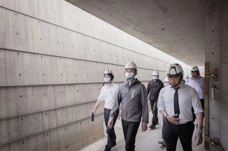 市長林智堅今天前往了解工程,他說,目前納骨塔工程均符合預期進度,除了如期更要求如質,工務處每周會進行工程會議把關,盼提供先人一個優質環境。圖/新竹市政府提供