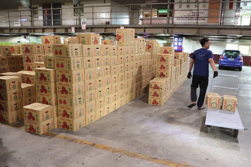 紙箱缺貨!近日農業紙箱頻傳缺貨搶箱,紙箱廠全力趕工供貨,但仍免不了延遲。記者蘇健忠/攝影