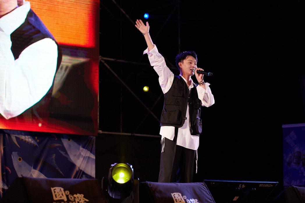 許富凱在音樂會上深情獻唱「雨傘情」、「一寸真心」等歌曲。圖/凱聲影藝提供
