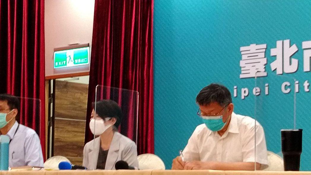 媒體提問,有確診者疑似在台北某大樓上班。台北市長柯文哲脫口,不是台北車站,是在新...