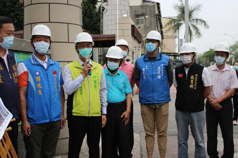 彰化市長林世賢(左三)宣布彰化市3座人行天橋在縣府補助下將進行整修。記者林敬家/攝影