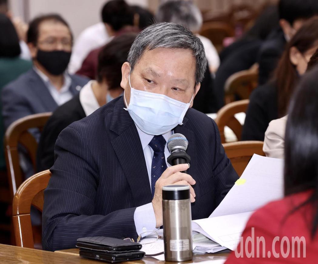 財政部長蘇建榮表示,國內疫情升溫,呼籲民眾,使用行動門號登入、手機申報,降低群聚...