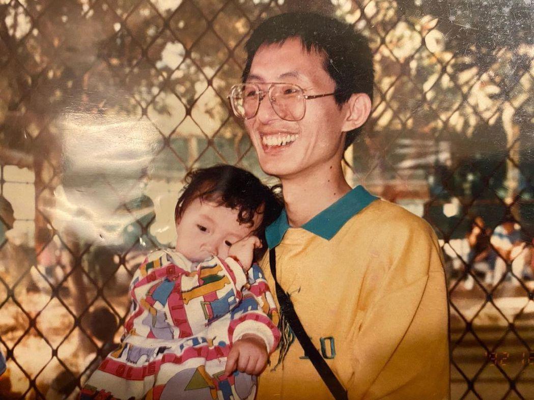 白安(左)曬出小時候跟爸爸的合照悼念亡父。圖/摘自IG