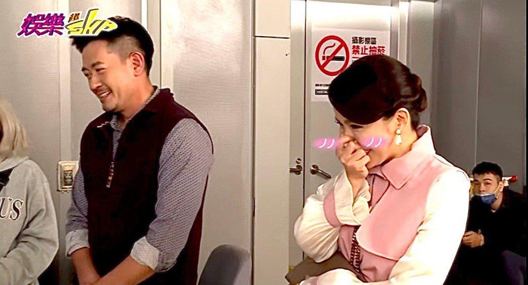 德馨(右)被抓包在戲中將兩份離婚協議書都帶走,被虧「根本不想離婚」。圖/民視提供