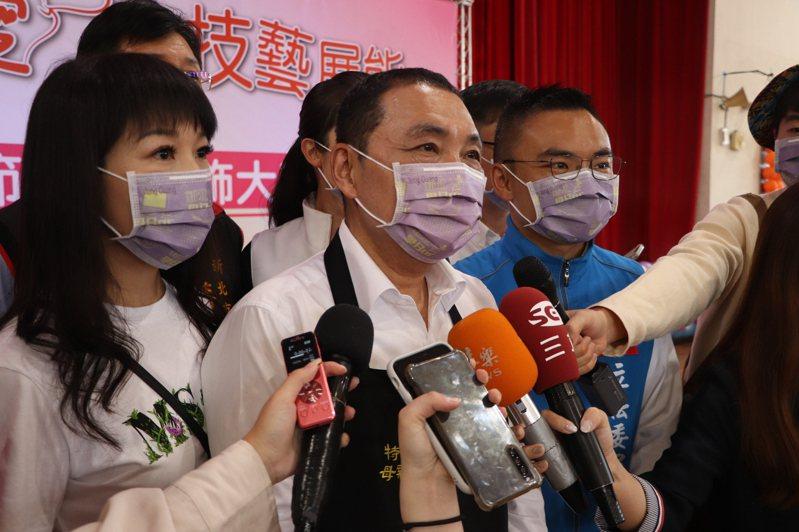 新北市長侯友宜(中)今出席林口特教學校技藝展能活動。記者吳亮賢/攝影