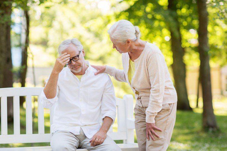 年長者水分攝取不足,恐致泌尿道感染,甚至自言自語、精神恍惚。圖/ingimage