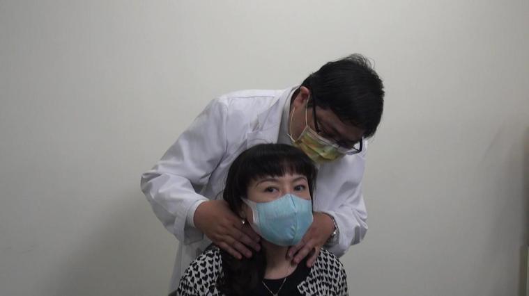 眼科醫師洪啟庭(後)收治紅眼睛病患,發現患者脖子也有異樣,警覺與甲狀腺疾病有無關...