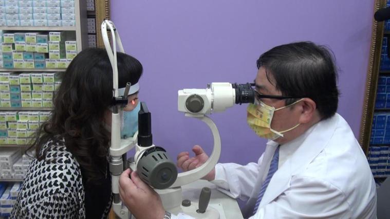 眼科醫師洪啟庭(右)提醒,眼睛紅癢不能輕忽。記者王昭月/攝影