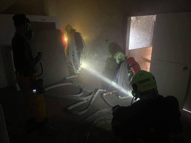 消防員一旦進入火場,只能以無線電對外聯繫。圖/屏東縣消防局提供
