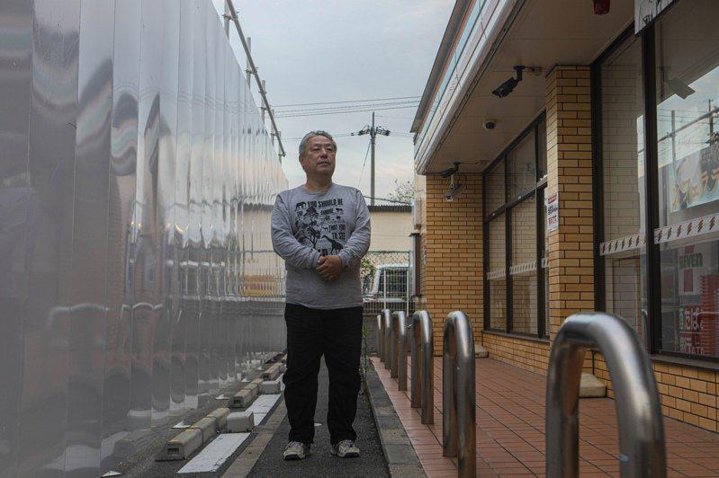 大阪7-11加盟店店主松本實敏,2019年因縮短營業時間,遭總公司終止了合約,且雙方上法院爭訟。現在總公司決定在松本店(右)的旁邊,興建一家臨時直營店(左)。圖/取自紐約時報